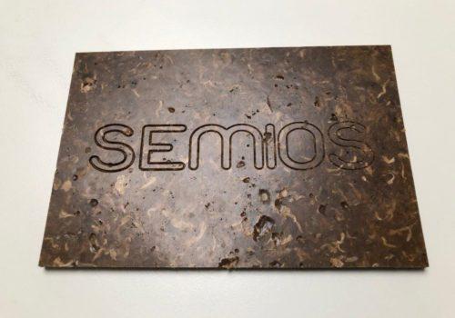 Plaque signalétique à base de mégots recyclés - réalisation Semios