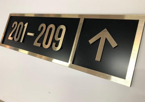 Plaque signalétique directionnelle hôtel - réalisation Semios