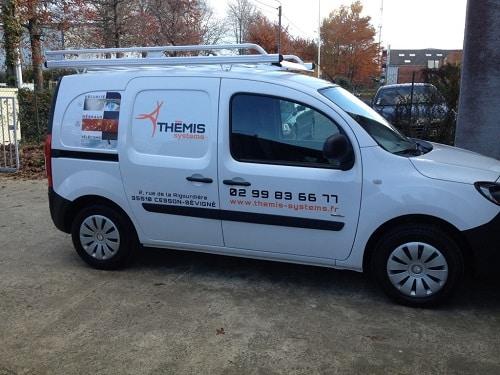 Logotage d'un véhicule professionnel par Semios