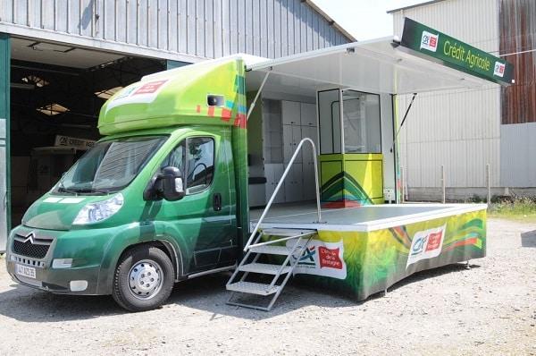 Marquage véhicule du car podium Crédit Agricole par Semios