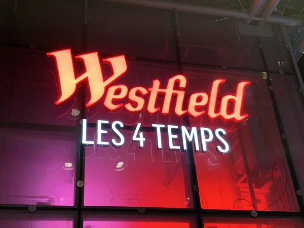 Westfield - les 4 temps - enseigne lumineuse vue de nuit - Semios